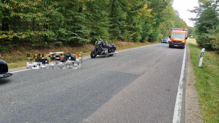 Zu einem schweren Unfall unter Motorrädern kam es am Sonntag (03.10.2021) in der Hochstraße in Flachslanden (Lkr. Ansbach). Laut ersten Informationen waren dort drei Motorräder in einer Kolonne unterwegs, als das Vorausfahrende plötzlich abbremste. Die dahinter fahrende Bikerin konnte nicht mehr rechtzeitig reagieren und krachte in der Folge in das vordere Motorrad.  Der dritte und letzte Motorradfahrer in der Schlange war nach ersten Informationen nicht am Unfall beteiligt. Durch den Zusammenstoß wurde die Frau schwer und der andere Motorradfahrer leicht verletzt. Während die verletzte Frau mit einem Rettungshubschrauber in ein Krankenhaus gebracht wurde, wurden beide anderen Motorradfahrer mit einem Rettungswagen weggebracht.  Foto: NEWS5 / Haag Weitere Informationen... https://www.news5.de/news/news/read/21902