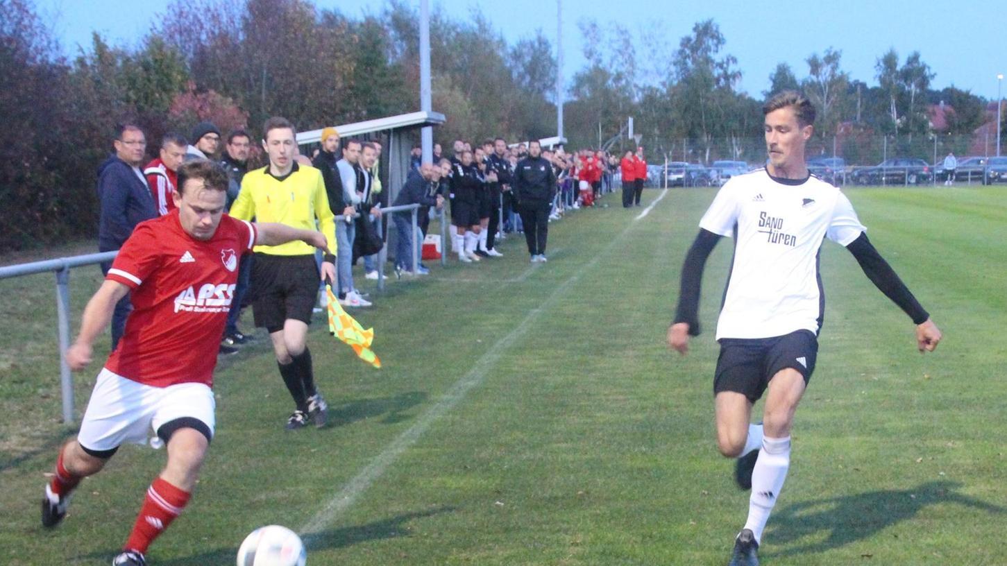 Arberg (rotes Trikot) im Angriff - in der ersten Halbzeit waren die Gastgeber die bessere Mannschaft. Nach der Pause wendete sich das Blatt und der SV Ornbau kam besser ins Spiel.