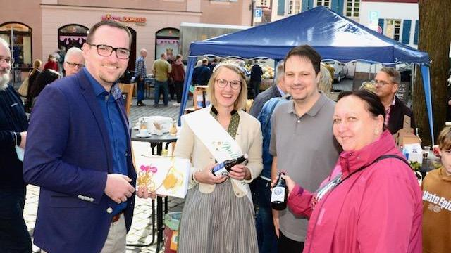 OB Peter Reiß, Bürgermeisterin Petra Novotny und Hobbybrauer Ande Betz begrüßten die Spalter Hopfenkönigin.