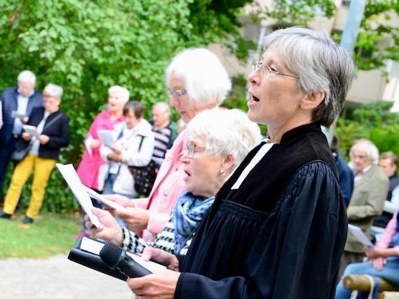 Premiere: Zum ersten Mal hielt Dekanin Berthild Sachs die ökumenische Andacht im Apothekersgarten.