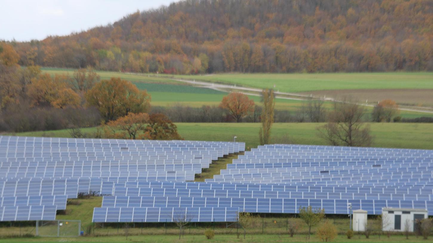 Photovoltaikanlagen produzieren besonders um die Mittagszeit viel Energie. Diese Spitzen könnten in Süddeutschland zum Problem für das Stromnetz werden.