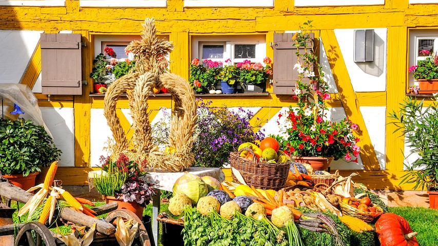 In Kornburg wird jedes Jahr auf dem Vorplatz des alten Mesnerhäuschens bei der Niklauskirche ein besonders schöner Erntedank-Altar mit Ernte-Erzeugnissen der Region gekonnt und mit viel Liebe fürs Detail aufgebaut.