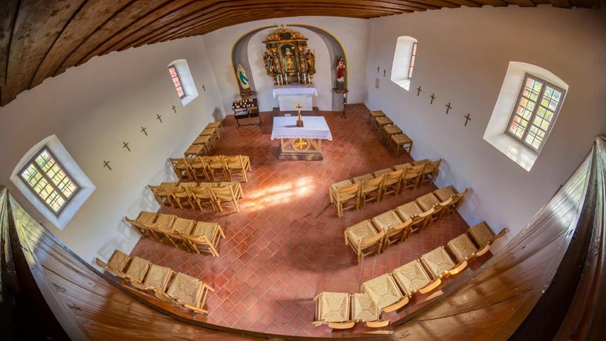 Das Foto zeigt fast komplett die Walburgis-Kapelle auf dem Walberla - von innen und als Ultra-Weitwinkel-Aufnahme.