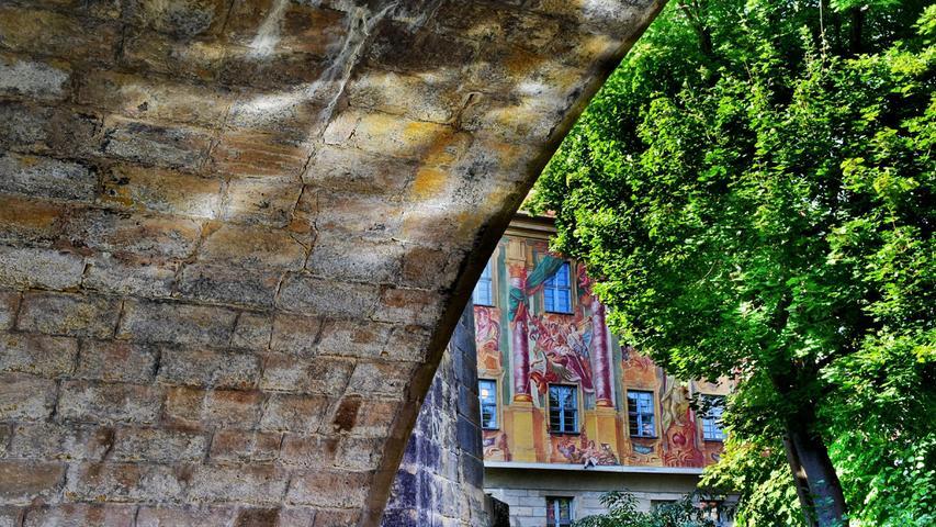 Das Bamberger Rathaus mal von unter der Brücke aus fotografiert.
