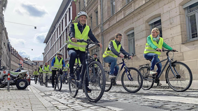 """Unterwegs durch die Stadt: Fünf für den Radverkehr relevante Stationen im Stadtgebiet steuerte der Tross auf seiner rund zehn Kilometer langen """"Bereisung"""" an."""