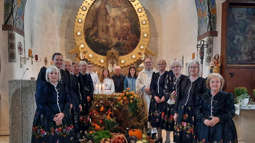"""Der Altar war reichlich gedeckt, als Pfarrer Sassik mit seinen Ministranten, begleitet von den Frauen in ihrer fränkischen Festtagstracht, am Erntedankfest in die Kirche """"Mariä Opferung"""