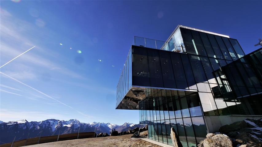 Das Ice Q Restaurant auf dem Gaislachkogl sieht aus wie übereinander gestapelte Eiswürfel. Auf 3050 m über NN ist der Vergleich nicht zu weit hergeholt. Im Bond-Film