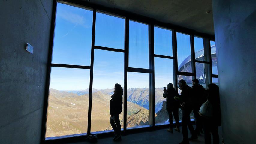 Zwei großformatige Öffnungen mit phantastischem Blick in die Ötztaler Bergwelt gibt es in der 007-Elements-Installation.