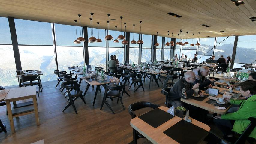 Sehr edel und fein speist es sich auf 3050 m Höhe im Ice Q Restaurant - im Bond-Film