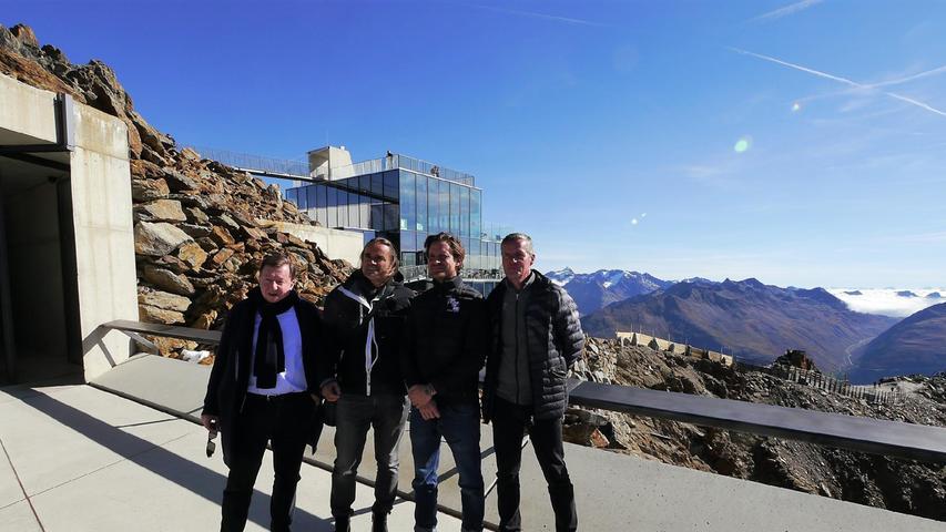 Neal Callow (2.v.re.), Kreativ-Direktor der vergangenen fünf Bond-Filme, erschuf mit dem Innsbrucker Architekten Hans Obermoser(2.v.li.) in gut 3000 m Höhe die 007 Elements-Installation. Sie erinnert auch an die Dreharbeiten rund um Sölden für den 24. Bond-Film. Beide wollen die Installation demnächst an den 25. Bond, der derzeit im Kino läuft, anpassen.