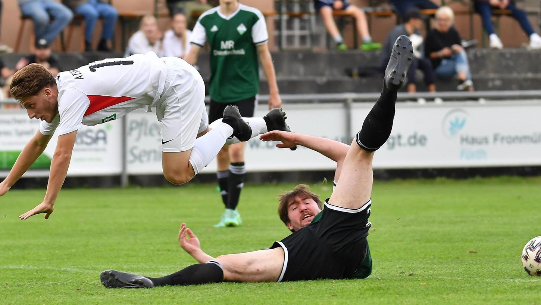 Florjant Spahija von der ATSV-U 23 überspringt den Langensendelbacher Spielertrainer Patrick Hagen.