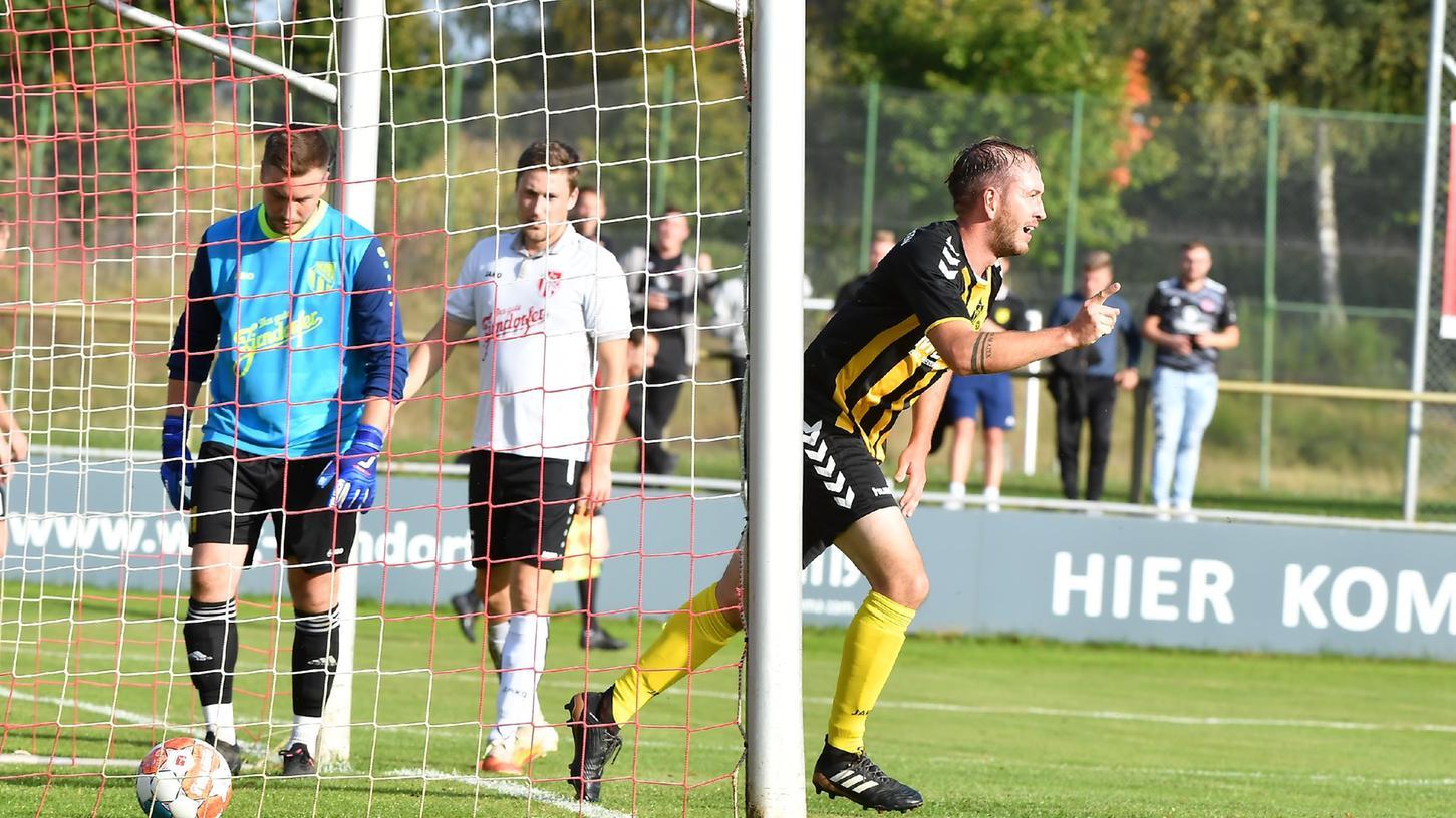 Bernhard Seitz vom SV Lauterhofen bejubelt das 2:0 gegen den ASV Zirndorf. Torhüter Alexander Gebelein verhinderte später eine höhere Niederlage.