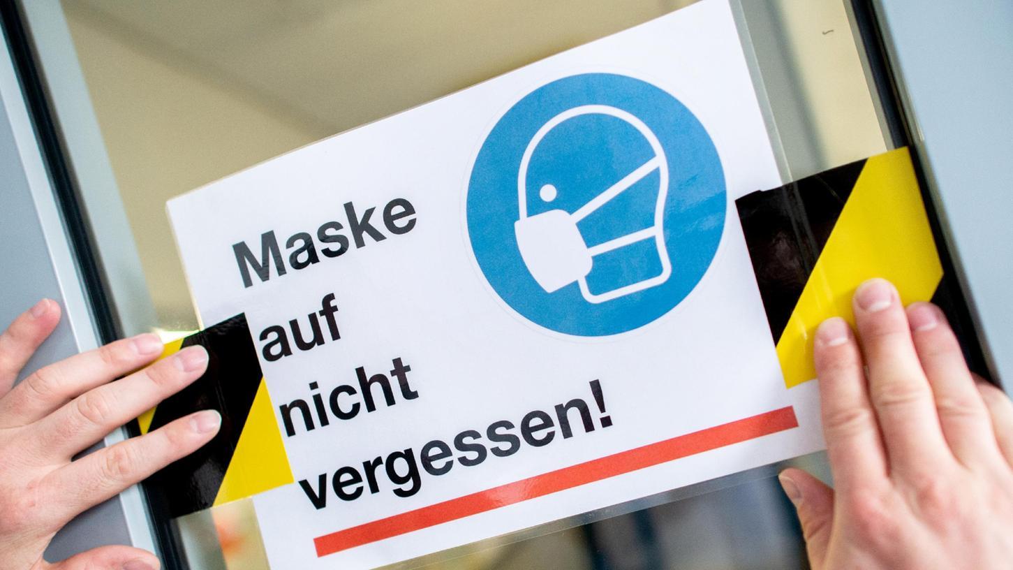 Hinweise auf die Maskenpflicht kommen manchmal überhaupt nicht gut. Ein unbekannter Kunde ohrfeigte nun den Angestellten einer Tankstelle in Niederbayern, nachdem der ihn ermahnt hatte, eine Maske aufzusetzen.
