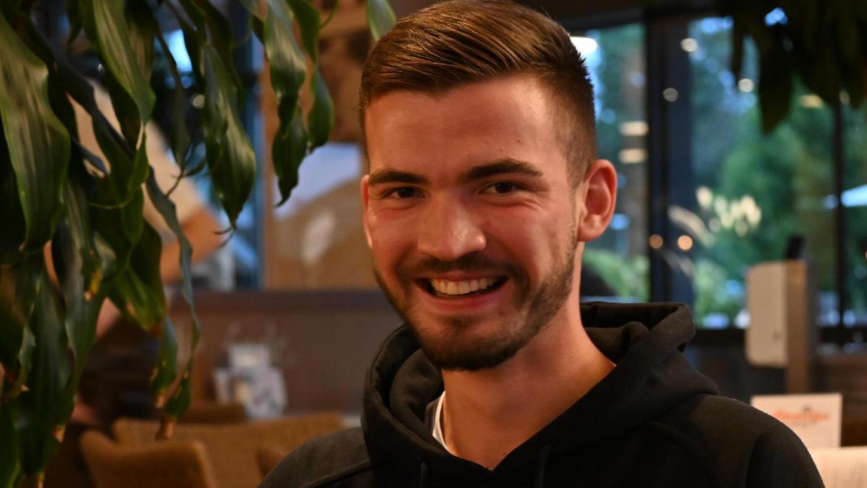 Freundlich ist er, der Leonhard. Während er seinen Kaffee trinkt, erzählt er von seinem Sprung aus der Kreisklasse in die Bezirksliga zum FV Dittenheim.