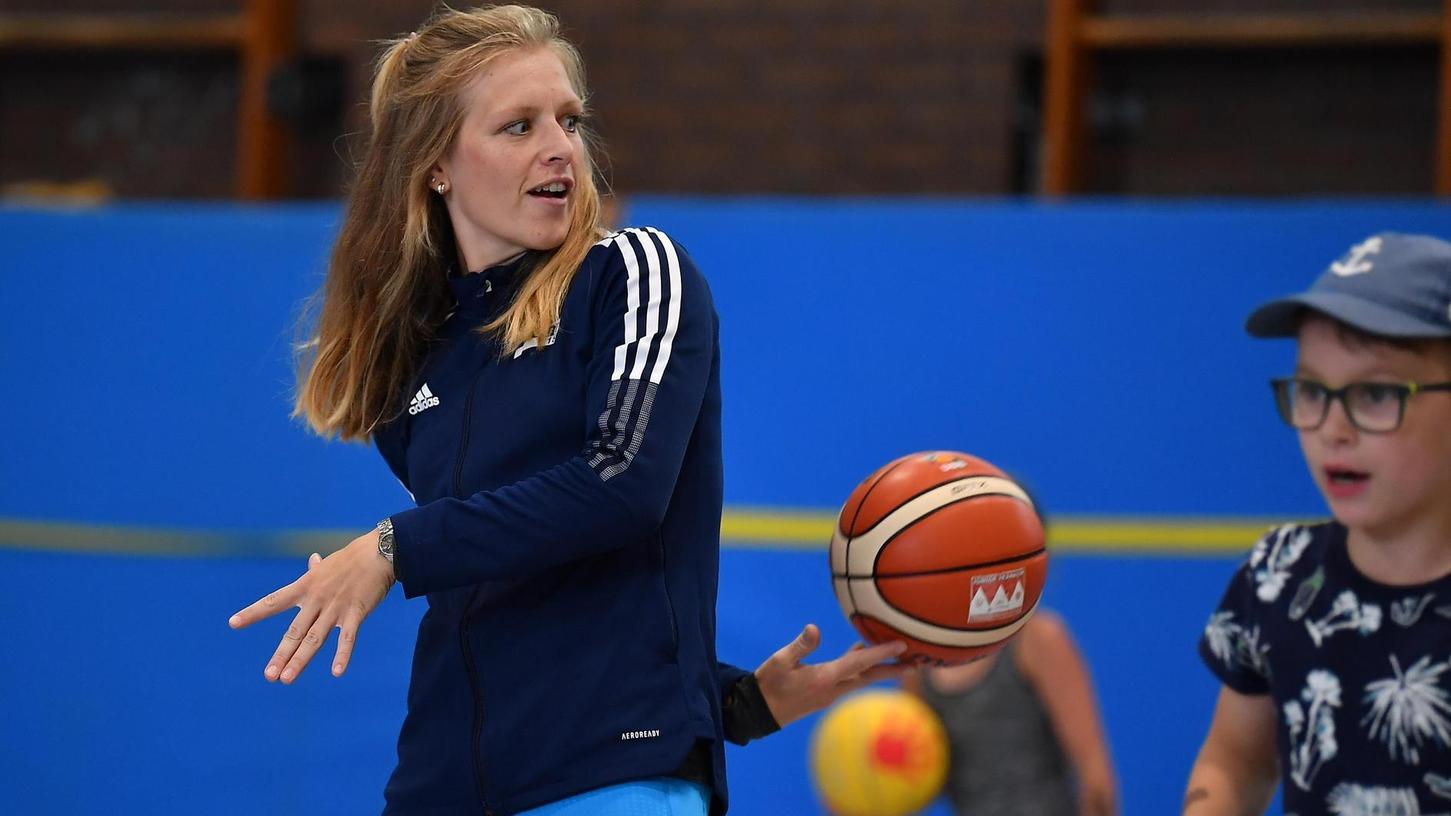 Die neue Turn-Chefin Anne Hoppenstedt ist vielseitig: Ursprünglich kommt sie aus dem Rudersport, im Sommercamp der 60er spielt sie aber auch mal Basketball.