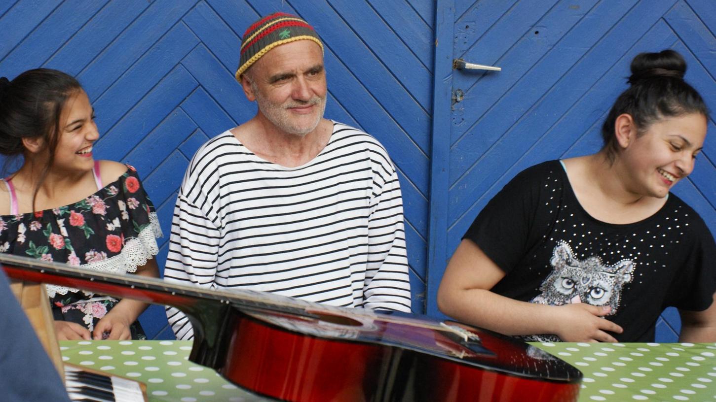 Hier ist Musikmachen ganz wichtiger Teil des Unterrichts: Dieter Bachmann mit seinen Schülerinnen Stefi (links) und Ilknur.