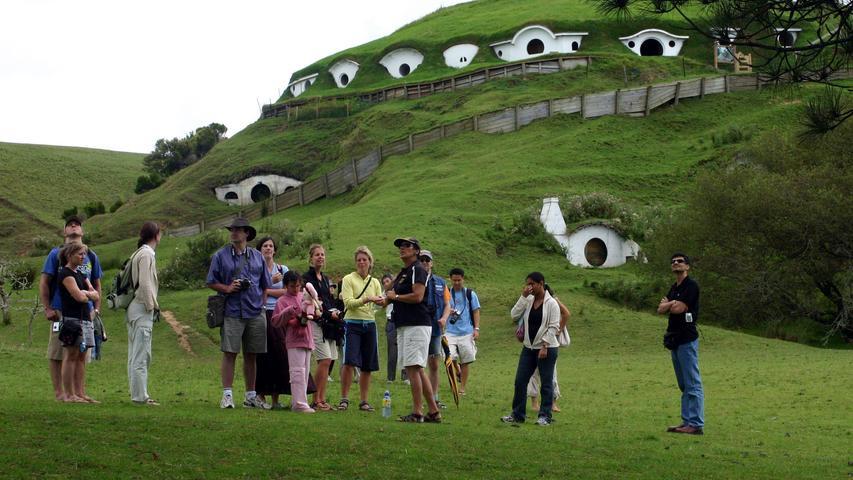 Noch heute (beziehungsweise nach Corona wieder) zu bestaunen: Die Hobbit-Höhlenwohnungen auf einer Farm nahe Matamata.