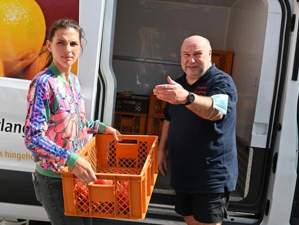 Chiara Gesper-Uhlemann und Helge Basten holen die Ware bei Bäckereien, Supermärkten oder Tankstellen ab und bringen sie dann zu den Ausgabestellen.