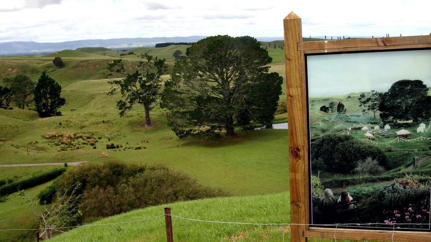 Der Drehort zur Herr-der-Ringe-Trilogie: eine Schaffarm im neuseeländischen Nirgendwo. Auf dem Bild sieht man, wie das Filmset seinerzeit ausgesehen hat. Der Zauberer Gandalf und der Hobbit Frodo blicken auf das Fest, das Bilbo Beutlin anlässlich seines 111. Geburtstages ausrichtet..