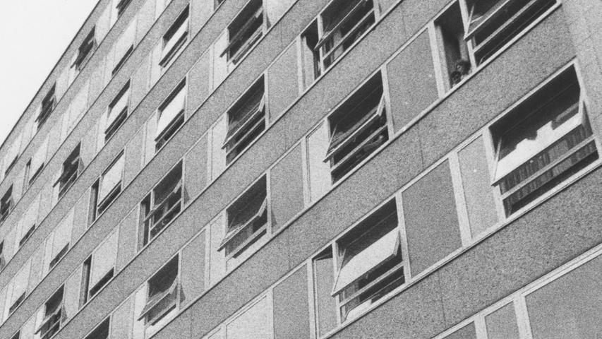 Hat sich Nürnberg mit seinem Krankenhaus-Bau 14 einen gigantischen Schildbürgerstreich geleistet? Dieses mulmige Gefühl kommt auf, nachdem die stolzen Reden bei den Einweihungsfeierlichkeiten verhallt sind. Hier geht es zum Kalenderblatt vom8. Oktober 1971: Mit 26 Millionen Mark vorerst nur 21 Betten gewonnen.