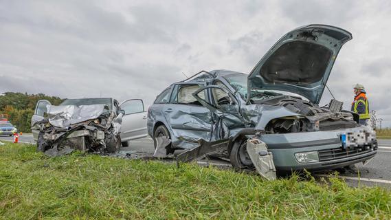Autos krachen heftig zusammen: Kleinkind bei Unfall im Kreis Fürth schwer verletzt