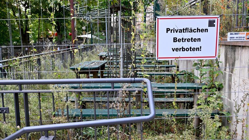 Das Bergkirchweih-Gelände in Erlangen im Dornröschenschlaf: Alle Keller sind mit massiven Metall-Bauzäunen eingegittert und verrammelt. Unter und zwischen den Bänken und Tischen wuchert Unkraut zum Teil meterhoch, aus jeder Ritze und jedem Spalt kriecht die Natur in grünem Gewande hervor und erobert sich den Berg zurück.
