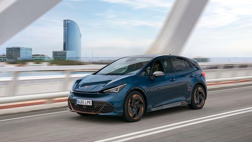 Anfang nächsten Jahres gesellt sich der eigentliche Einsteiger mit 110 kW/150 PS, 45-kWh-Akku und 340 Kilometern Reichweite hinzu.