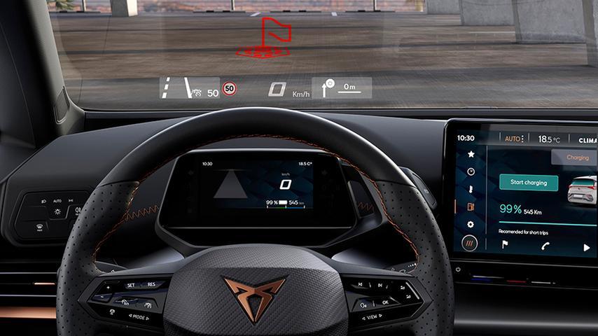 Per Augmented-Reality-Technologie zaubert das optionale Head-up-Display dreidimensionale Richtungspfeile auf die Fahrbahn.