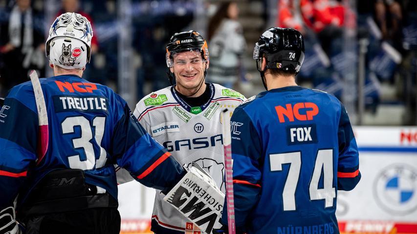 Ein bestens bekannte Grinsen: Leo Pföderl schaut oft bei den Ice Tigers vorbei, am Donnerstag, um Niklas Treutle (links) den Treffer zum 5:1 einzuschenken.