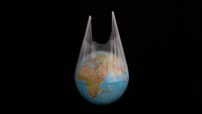Die ganze Welt in einer Tüte: Die Menschen kaufen, kaufen, kaufen – und zerstören dadurch ihre Erde.