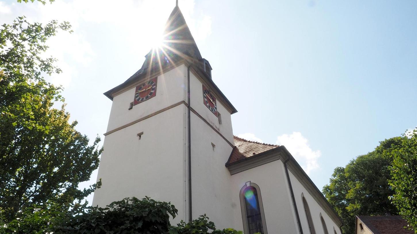 Der viereckige Hussitenturm der Plecher Kirche St. Susannae ist dominant. Dieser Turm markiert den mit Abstand ältesten Teil der Kirche. Das Kirchenschiff selbst war erst in der Markgrafenzeit, also dem 18. Jahrhundert, erweitert worden.