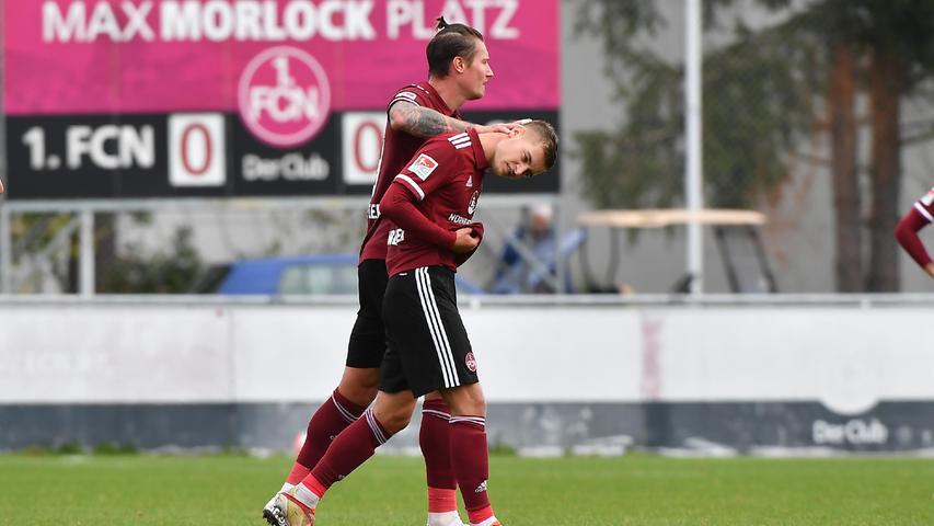 08.10.2021 --- Fussball --- Saison 2021 2022 --- Testspiel / Freundschaftsspiel: 1. FC Nürnberg FCN ( Club ) - FC Ingolstadt FCI ( Schanzer ) --- Foto: Sport-/Pressefoto Wolfgang Zink / WoZi --- Fabian Nürnberger Nuernberger (15, 1. FC Nürnberg / FCN ) Manuel Schäffler Schaeffler (9, 1. FC Nürnberg / FCN ) nach rote Karte / Rot / Platzverweis für Fabian Nürnberger Nuernberger (15, 1. FC Nürnberg / FCN )