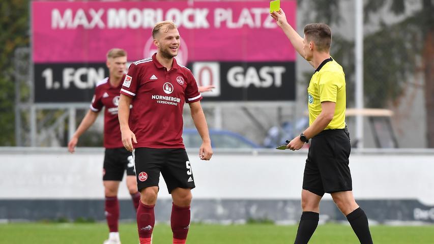 08.10.2021 --- Fussball --- Saison 2021 2022 --- Testspiel / Freundschaftsspiel: 1. FC Nürnberg FCN ( Club ) - FC Ingolstadt FCI ( Schanzer ) --- Foto: Sport-/Pressefoto Wolfgang Zink / WoZi --- Patrick Hanslbauer ( Schiedsrichter ) zeigt Johannes Geis (5, 1. FC Nürnberg / FCN ) gelbe Karte / Gelb