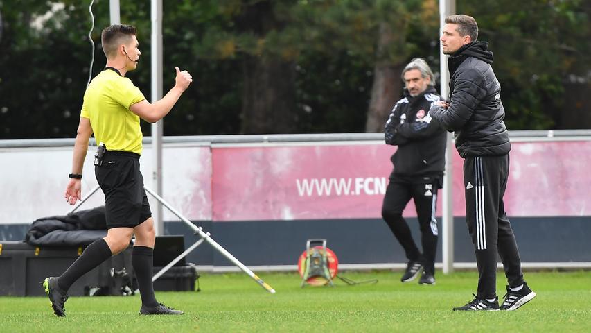 08.10.2021 --- Fussball --- Saison 2021 2022 --- Testspiel / Freundschaftsspiel: 1. FC Nürnberg FCN ( Club ) - FC Ingolstadt FCI ( Schanzer ) --- Foto: Sport-/Pressefoto Wolfgang Zink / WoZi --- Patrick Hanslbauer ( Schiedsrichter ) bei Robert Klauß Klauss (Trainer Cheftrainer 1. FC Nürnberg / FCN )