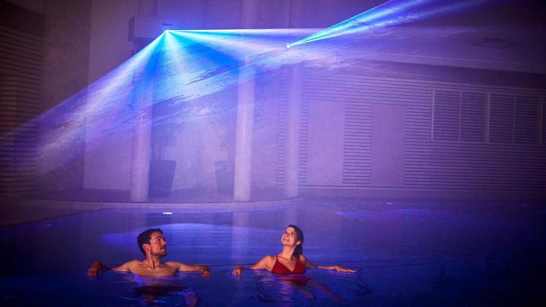 Floating wird das Schwebe-Erlebnis im Becken genannt, das in der Franken-Therme mit einer Licht- und Musikshow kombiniert wird.