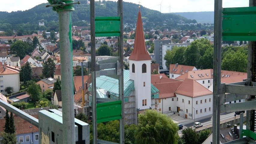 Die Streben des Gerüsts rahmen den Ausblick auf die Chrisuskirche und das evangelische Zentrum.