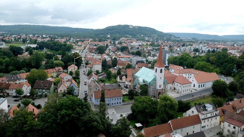 ...und nochmal ohne Streben: der Blick auf die Christuskirche, die ebenfalls gerade saniert wird, und dahinter der Mariahilfberg mit Kirche.