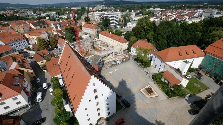 Die Eingangsseite des Reitstadels und die Baustelle daneben: Am Residenzplatz entsteht die neue Hochschule.