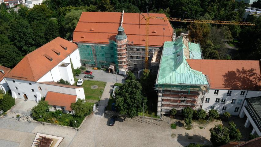 Auch das Neumarkter Amtsgericht hat ein leuchtend rotes neues Dach bekommen.