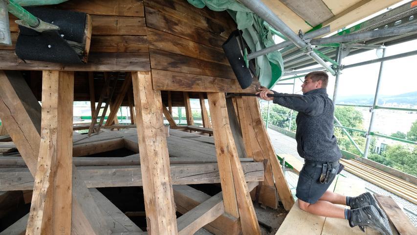 Hoch oben arbeitet Moritz Schuster von der Forma Holzbau Bogner.
