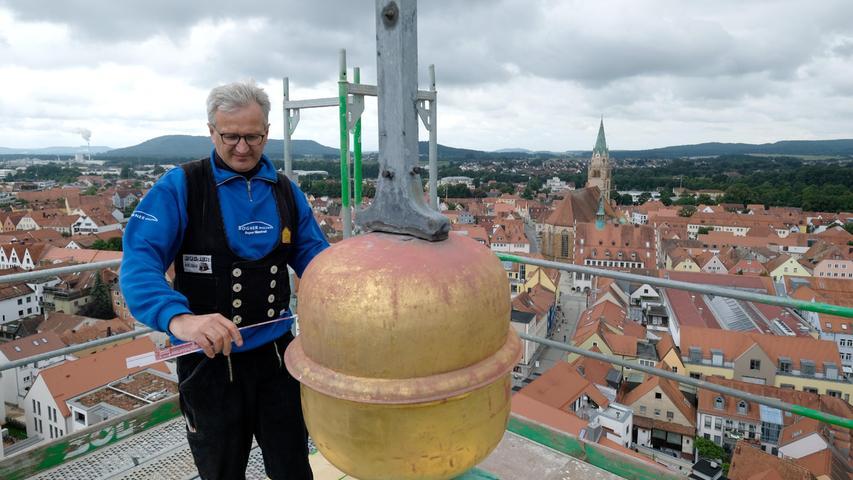 Das ist ja die Höhe: Manfred Bogner, Chef von Holzbau Bogner, ist ganz oben auf der Hofkirche.