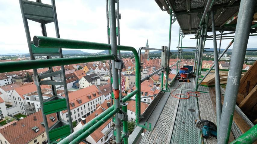 Nicht jedermanns Sache, so ein Arbeitsplatz auf dem Gerüst - schon gar an einem 53,5 Meter hohen Turm.