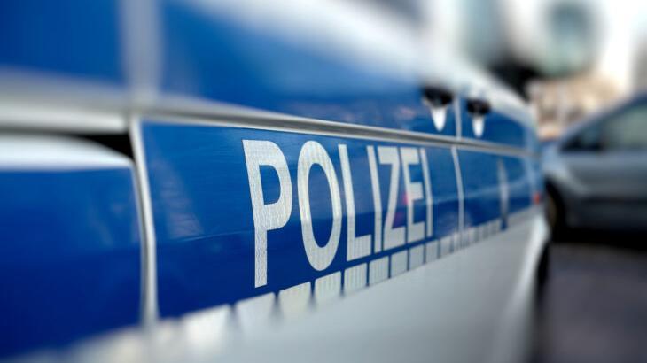 Am Donnerstagnachmittag sortierte eine 38-jährige Heroldsbergerin geerntete Kartoffeln auf einem Anhänger, als sich ein neugieriges Schwein über die Umzäunung seines Stalles lehnte, so die Polizei Erlangen-Land.