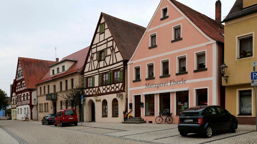 ...und zieht in das schöne Fachwerkgebäude der Raiffeisenbank. Dort gibt es dann eine gemeinsame Geschäftsstelle.