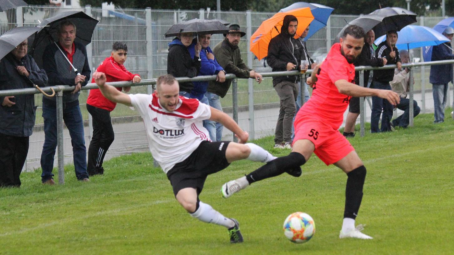 Ein absoluter Dauerbrenner im Weißenburger Team: Marco Jäger (links, hier beim Hinspiel gegen Türk/Cagrispor Nürnberg im August) stand bislang bei allen zehn Spielen immer in der Startelf des TSV 1860 und spielte auch fast immer komplett durch.