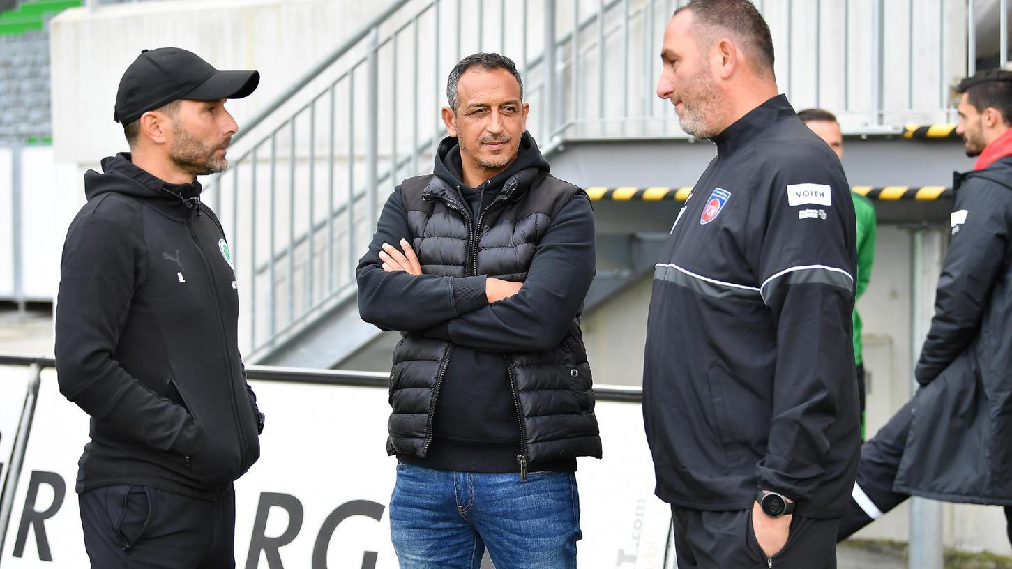 Besuch aus der anderen Welt: Heidenheims Trainer Frank Schmidt (rechts) im Gespräch mit Fürths Geschäftsführer Rachid Azzouzi und Trainer Stefan Leitl.