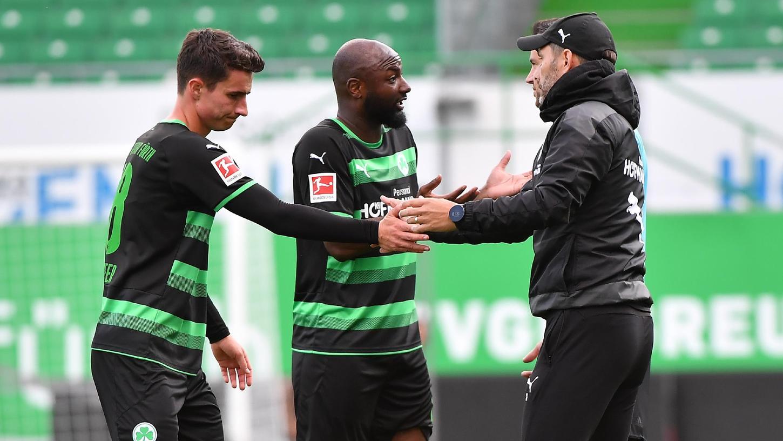 Redebedarf nach der nächsten Niederlage: Jetro Willems (Mitte) mit seinem Kollegen Marco Meyerhöfer und Trainer Stefan Leitl.