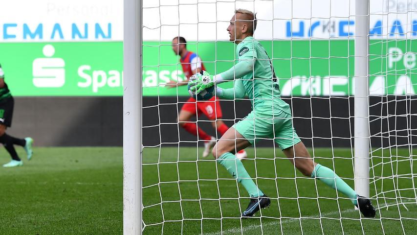 08.10.2021 --- Fussball --- Saison 2021 2022 ---  Testspiel / Freundschaftsspiel: SpVgg Greuther Fürth ( Kleeblatt ) - 1. FC Heidenheim FCH --- Foto: Sport-/Pressefoto Wolfgang Zink / WoZi --- Sascha Burchert (30, SpVgg Greuther Fürth )