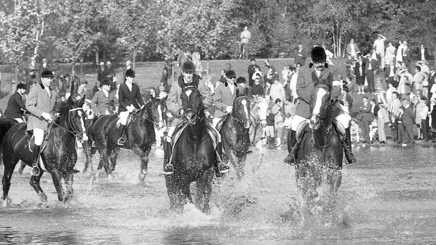 Ein Bild, das die Zuschauer immer wieder an den Marienbergsee zieht: die Reiter preschen durch den See. Hier geht es zum Kalenderblatt vom11. Oktober 1971: 80 Pferde wühlten den See auf.