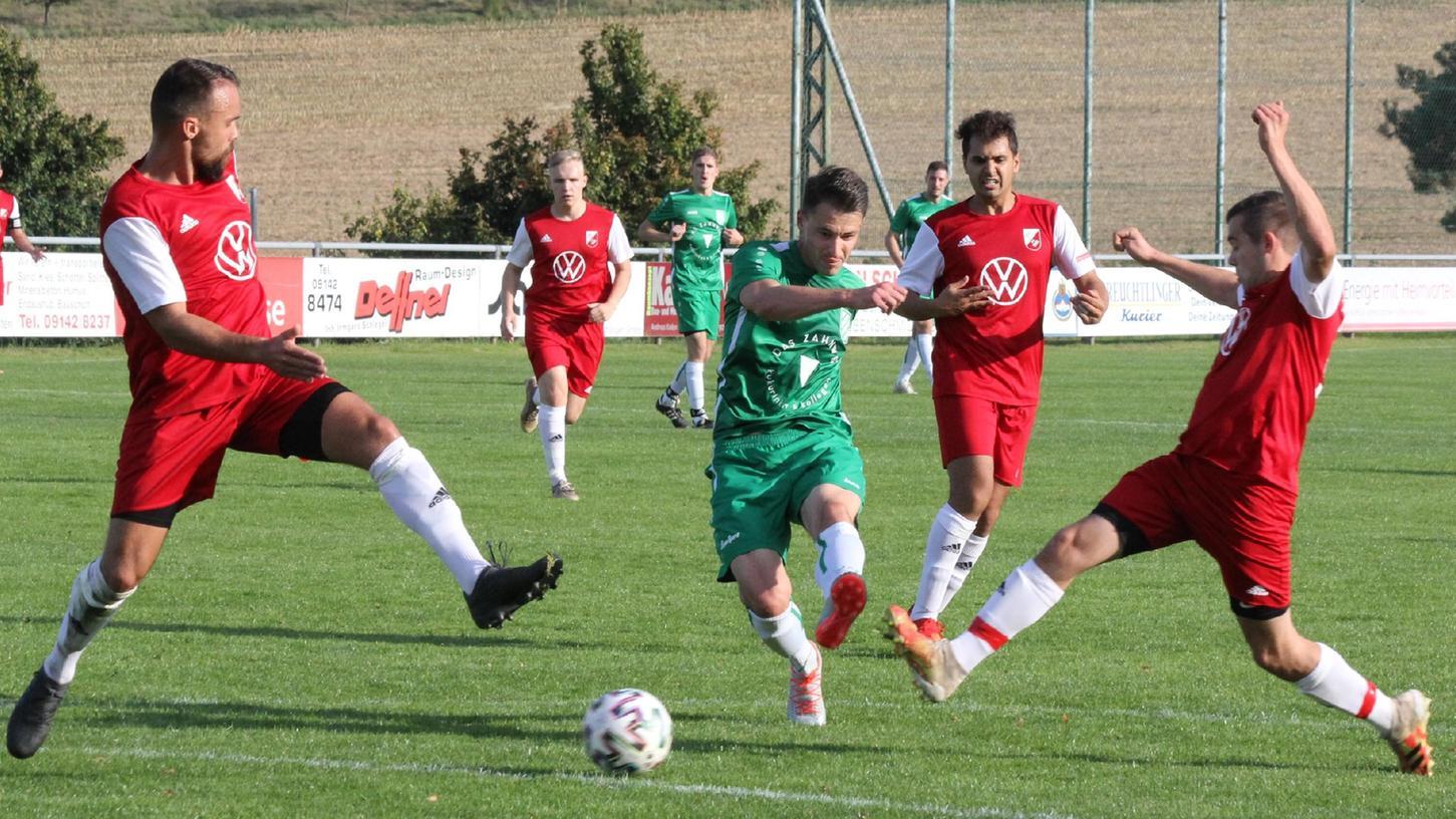 Ein Torjäger par excellence: Fabian Eberle (Mitte) bei einem seiner vier Treffer für den SV Wettelsheim am vergangenen Wochenende gegen Oberhochstatt. In den vergangenen Jahren feierte er viele Erfolge mit dem Regionalligisten VfB Eichstätt, bei dem er auch Kapitän war. Die Trikotfarbe beim VfB und SVW ist übrigens die gleiche: Grün!